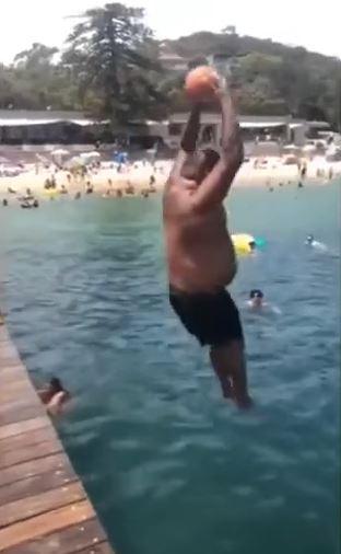 ビーチでボールを持って飛び込んで10メートルくらい吹っ飛ばす面白動画