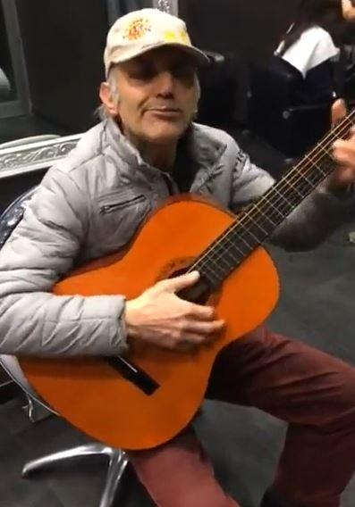 芸達者おじさんのギター演奏
