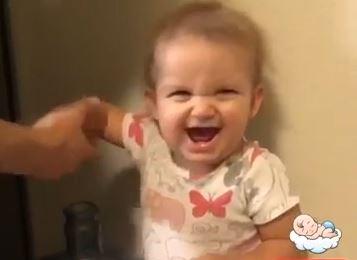 赤ちゃんがパパにドッキリを仕掛ける